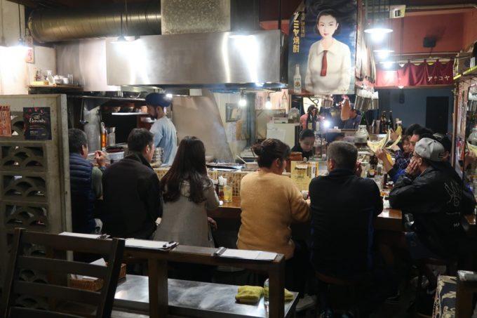 那覇・栄町「新小屋(アラコヤ)」の店内(カウンター席と焼き場)