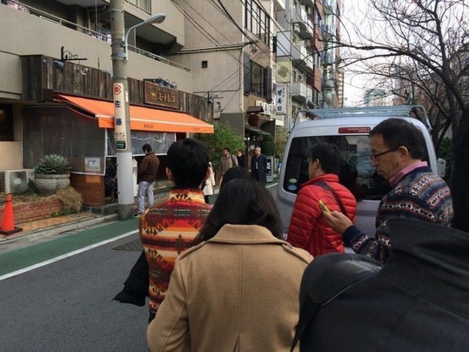 ランチタイムとなると「ミート矢澤」の前にはいつも行列ができている