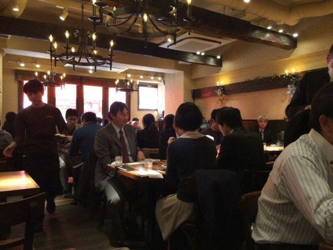 五反田「ミート矢澤」のランチタイム時の客席