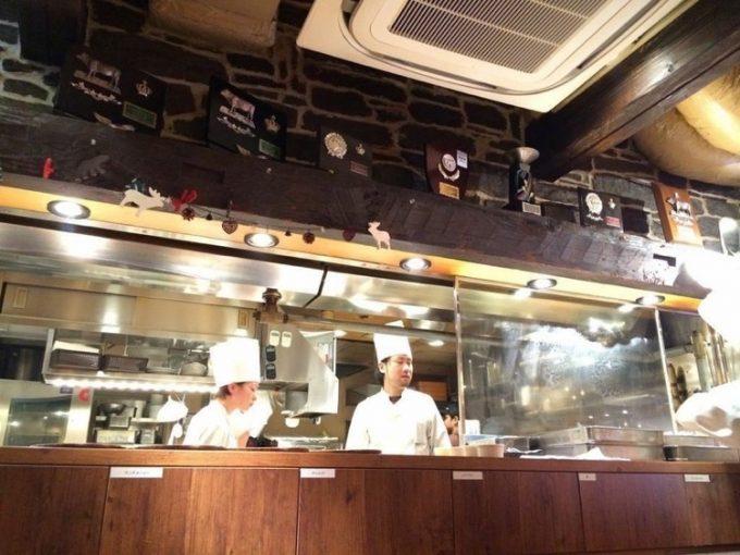 五反田「ミート矢澤」の厨房。ひっきりなしにハンバーグが作られて行く