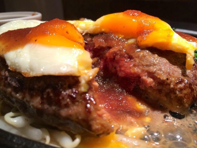 鉄板に焼かれ、肉汁がジュワジュワと音を立てる黒毛和牛100%ハンバーグ