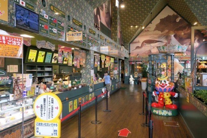 「ラッキーピエロ峠下総本店」の店内。天井が高く、とにかく広々としている。
