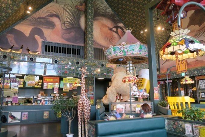 「ラッキーピエロ峠下総本店」はバードウォッチングをイメージした内装。