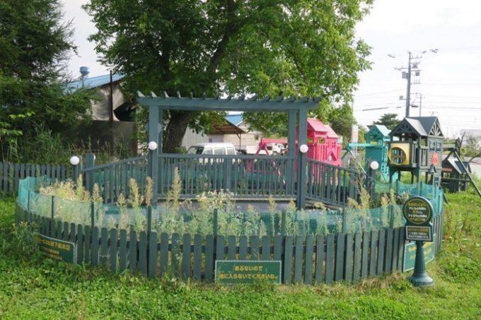 お店の外には子供が遊べる遊具と、ヤギなどの動物がいる。
