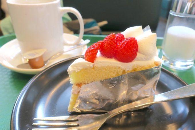 ラッキーピエロ峠下総本店にはショートケーキ(350円)もある。