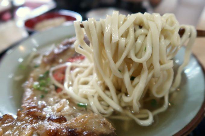 那覇・おもろまち「けんぱーのすばやー」麺は平打ちストレートであっさり。
