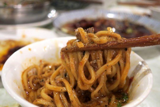 四川坦々麺は濃厚。中太麺をズルズル食べる。