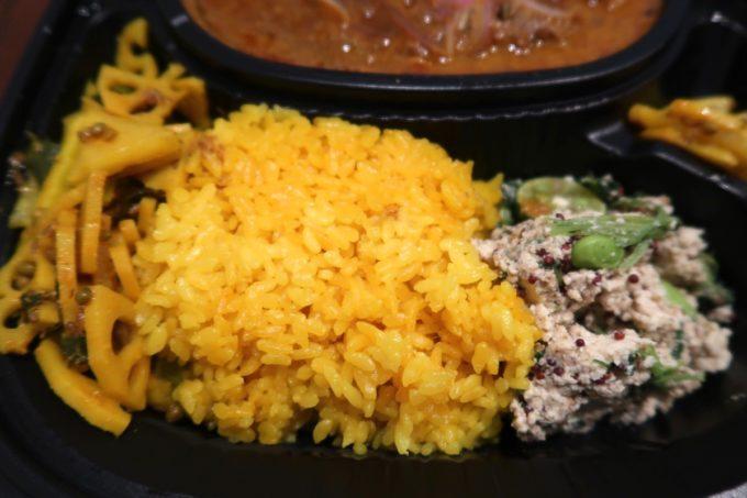 那覇・楚辺「ゴカルナ」夏のゴカルナプレート(持ち帰り、1160円)には島豆腐のスパイス白和え、レンコンなど食感豊かなアチャールが添えられている