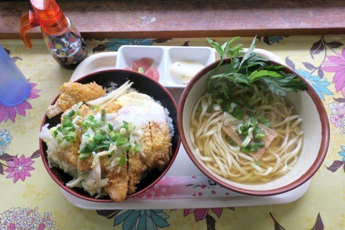 「高良食堂」のそばセット(カツ丼、600円)。ボリューム満点!
