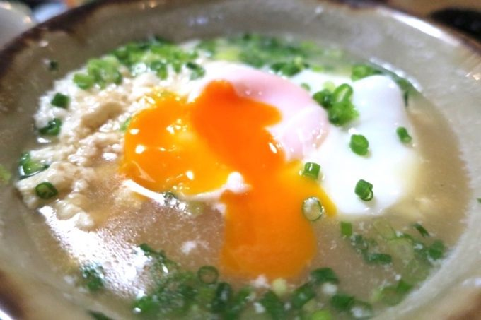 「琉球茶房すーる」月見ゆしどうふの卵を割ってみる