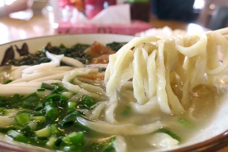 浦添市「てだこそば」沖縄そば(中、590円)の麺はプルプル系でおいしい