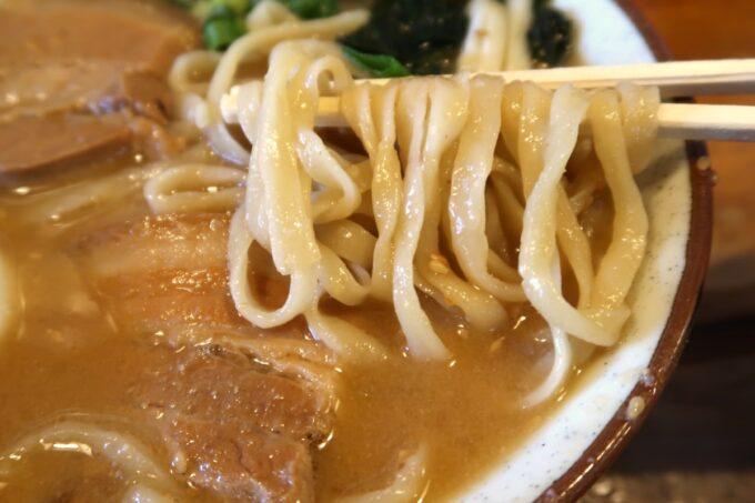浦添市「てだこそば」味噌味の沖縄そばにも、プルプルの麺