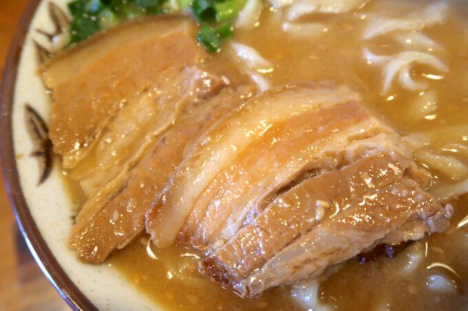 浦添市「てだこそば」味噌味の沖縄そばと三枚肉