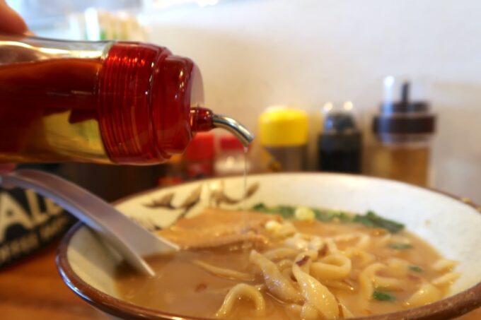 浦添市「てだこそば」味噌味の沖縄そばにもコーレーグスで味変