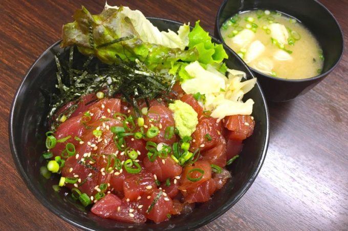 那覇・久茂地の「海鮮まぐろ屋 どん」で食べたサービス丼(マグロの漬け)