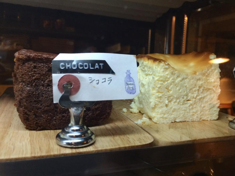 那覇・久茂地「グリーンパークカフェ(Green Park Cafe)」ショーケースに並ぶショコラとチーズケーキがおいしそう