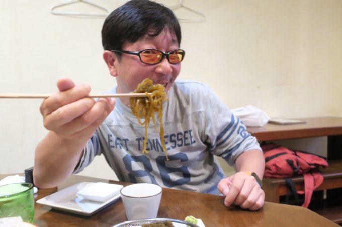 那覇・泊「いゆじ」のざるモズク(400円)を食べるokamoooさん