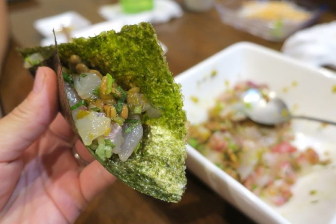 那覇・泊「いゆじ」地魚みそたたきは海苔に巻いて食べる。