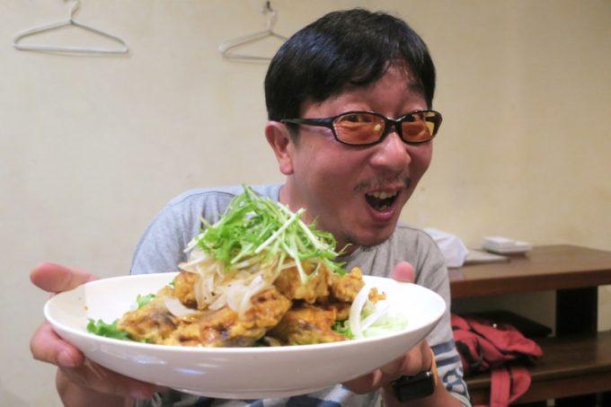 那覇・泊「いゆじ」で魚のフライを食べてご満悦のokamooooさん