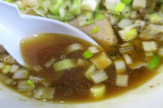 沖縄市園田・ゆいま〜る人人店舗「特濃中華そばいわし」煮干しらーめんの濃口スープ。