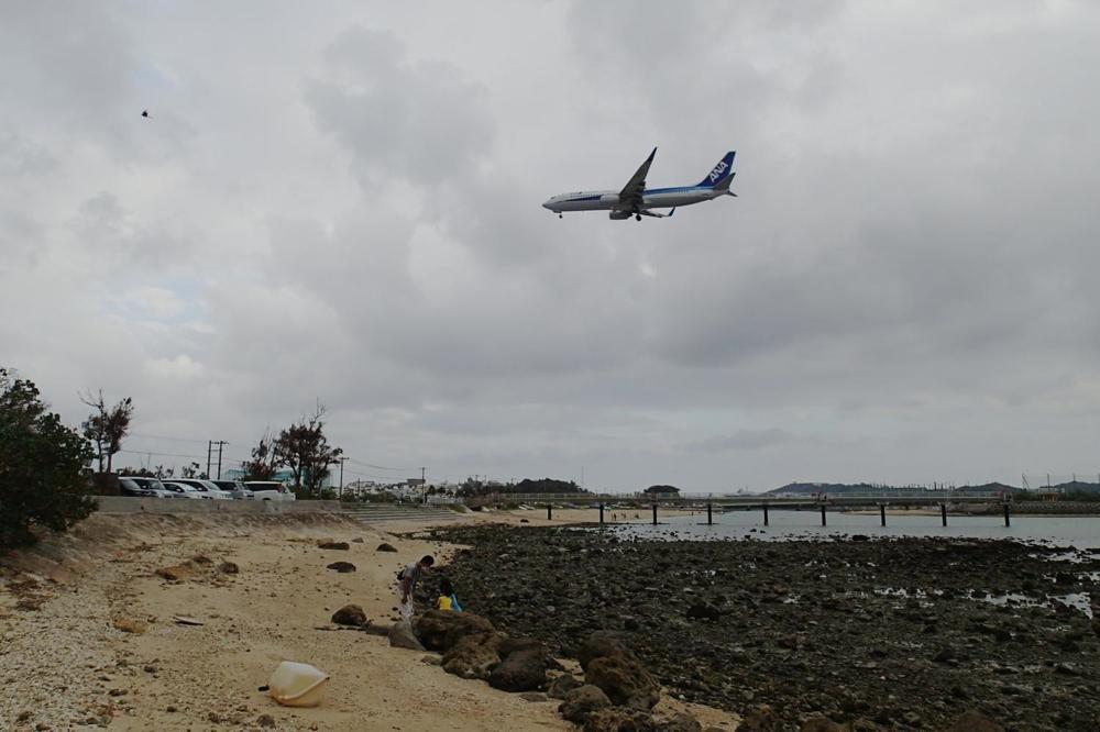 瀬長島の上を通り、那覇空港へ着陸する航空機。