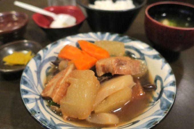 那覇・久茂地「ゆうなんぎい」日替りのAランチ、三枚肉と冬瓜の煮物(620円)。