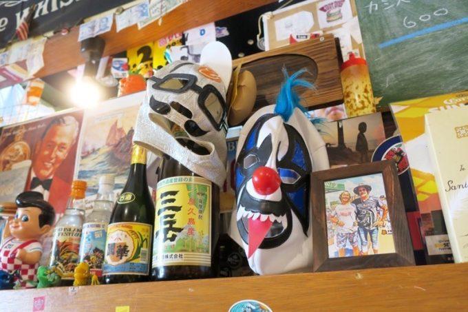 那覇・久茂地「Zooton's(ズートンズ)」の店内に飾られている覆面