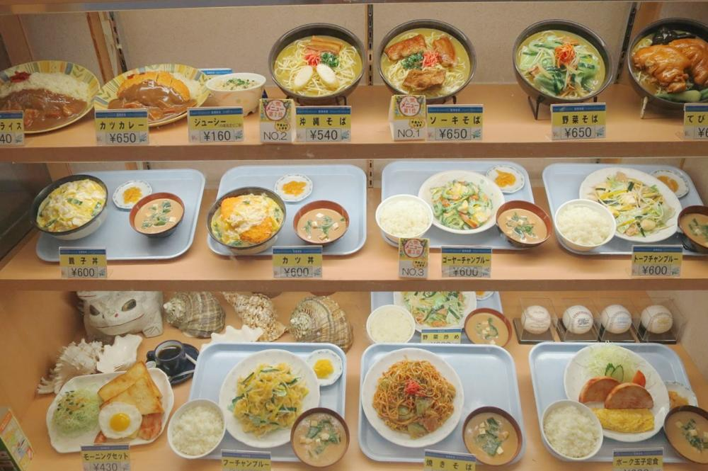 那覇空港(国内線1階)にある「空港食堂」の定食が飾られたショーケース