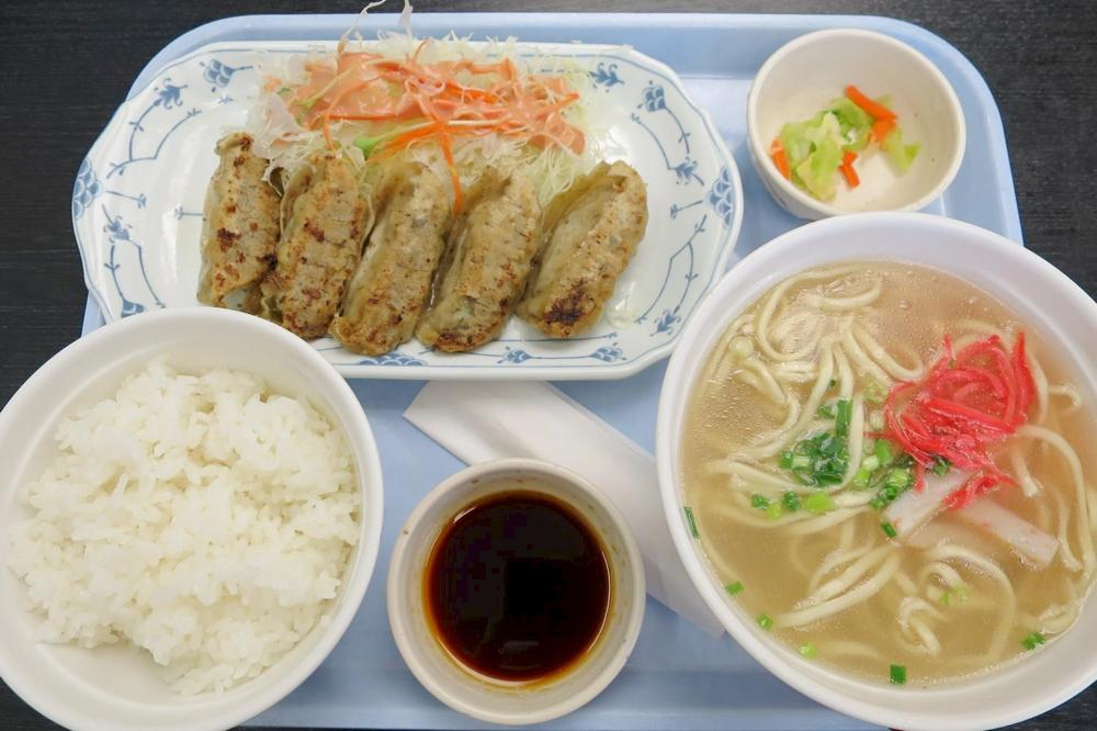 那覇空港(国内線1階)にある「空港食堂」のもずく餃子定食(650円)