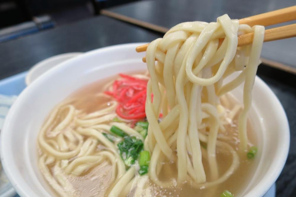那覇空港(国内線1階)にある「空港食堂」もずく餃子定食(650円)についてる沖縄そば