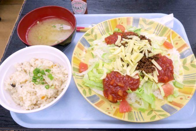 那覇空港(国内線1階)にある「空港食堂」で食べたタコライス(650円)とジューシー(160円)