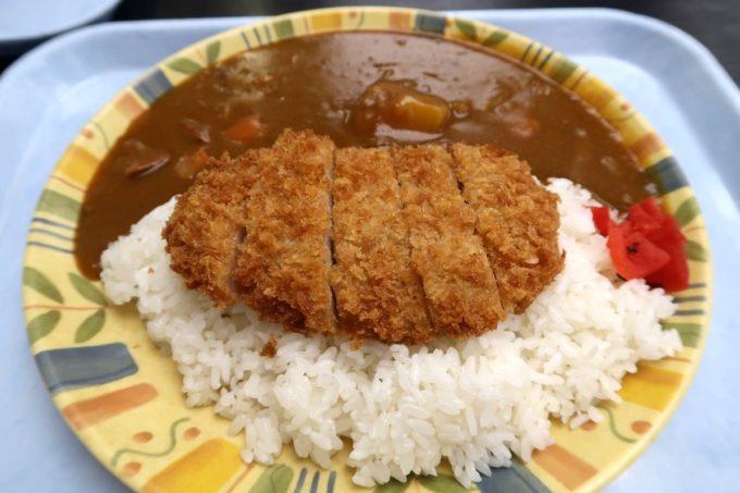 那覇空港(国内線1階)にある「空港食堂」のカツカレー(650円)