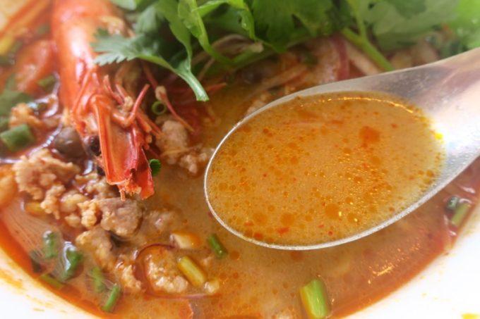 那覇・一銀通り「スパイスハーブホリデー」ランチのトムヤムクンヌードルのスープは、程よく酸味。汗かきます。
