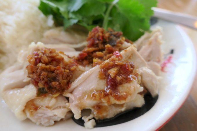 那覇・一銀通り「スパイスハーブホリデー」カオマンガイの柔らかな鶏肉に、特製ソースがウマい。