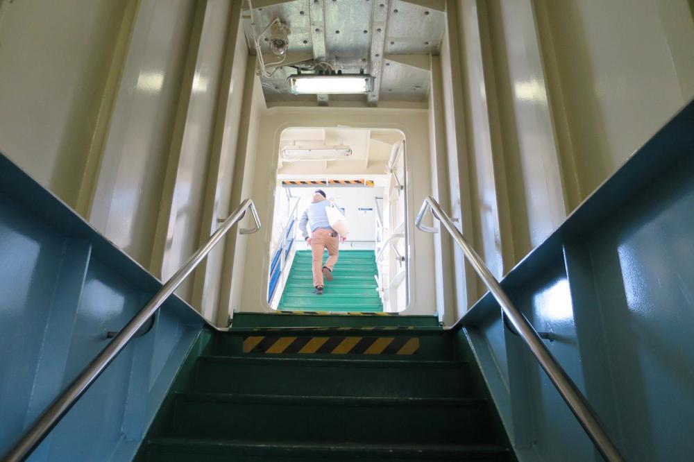 本部港から伊江島へ向かうフェリーの階段。