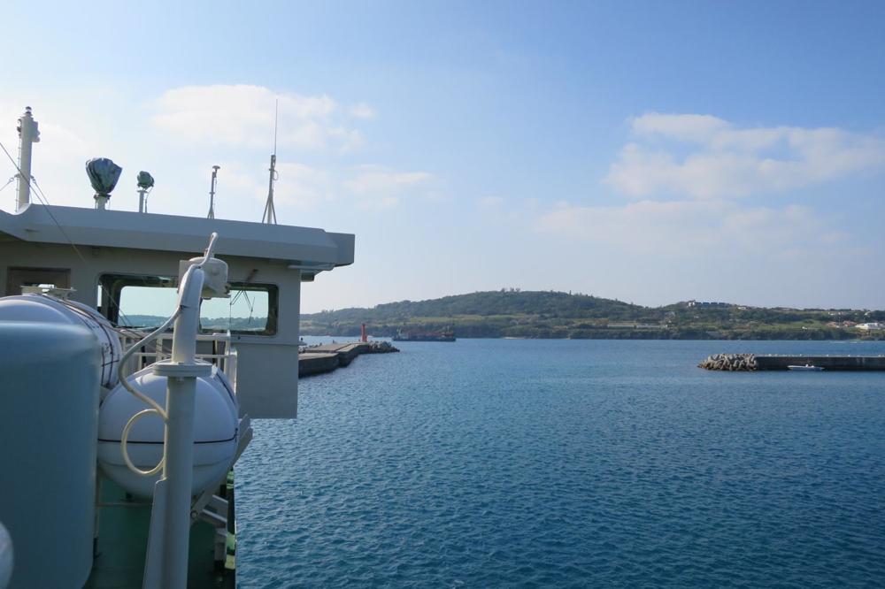 本部港から伊江島へ向かうフェリー「いえしま」から瀬底島を眺める。