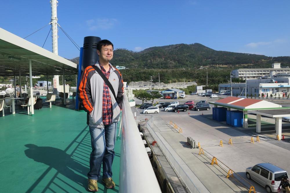 本部港から伊江島へ向かうフェリー「いえしま」の最上階デッキでた黄昏れるご主人サマー。