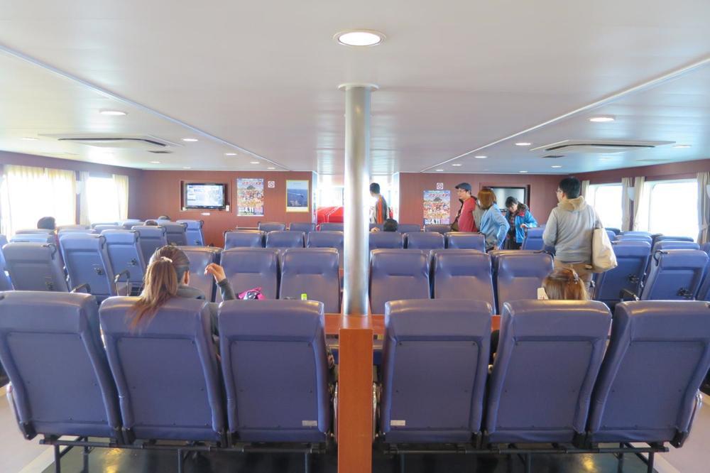 本部港から伊江島へ向かうフェリー「いえしま」の客席(その1)