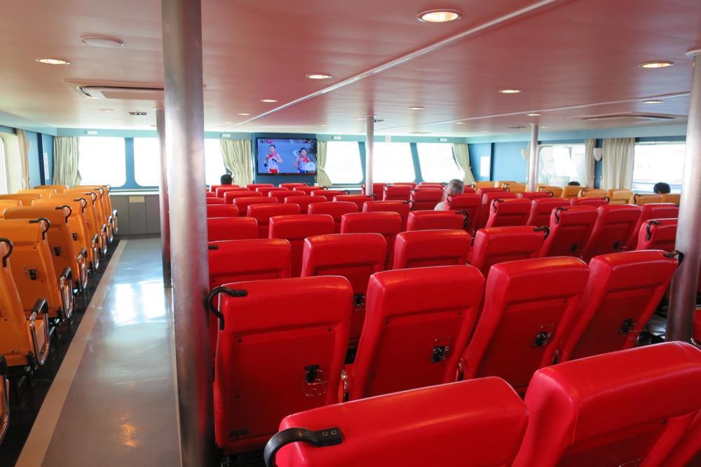 本部港から伊江島へ向かうフェリー「いえしま」の客席(その3)