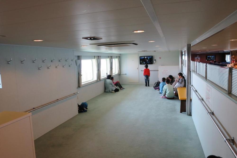 本部港から伊江島へ向かうフェリー「いえしま」のフラットシートというか雑魚寝スペース。