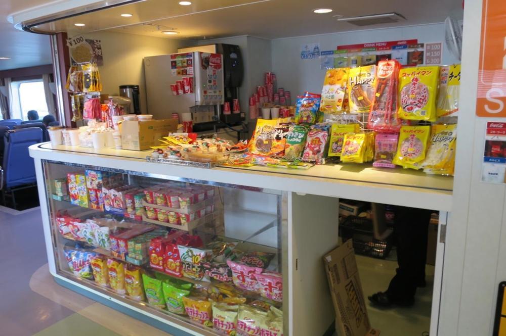 本部港から伊江島へ向かうフェリー「いえしま」の売店