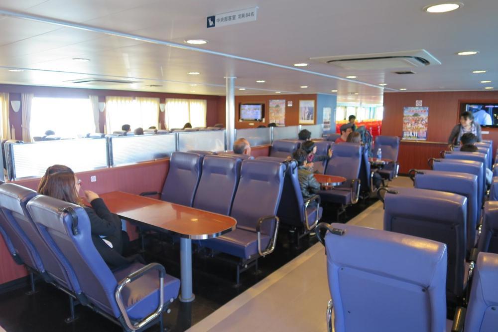 本部港から伊江島へ向かうフェリー「いえしま」の客席(その2)
