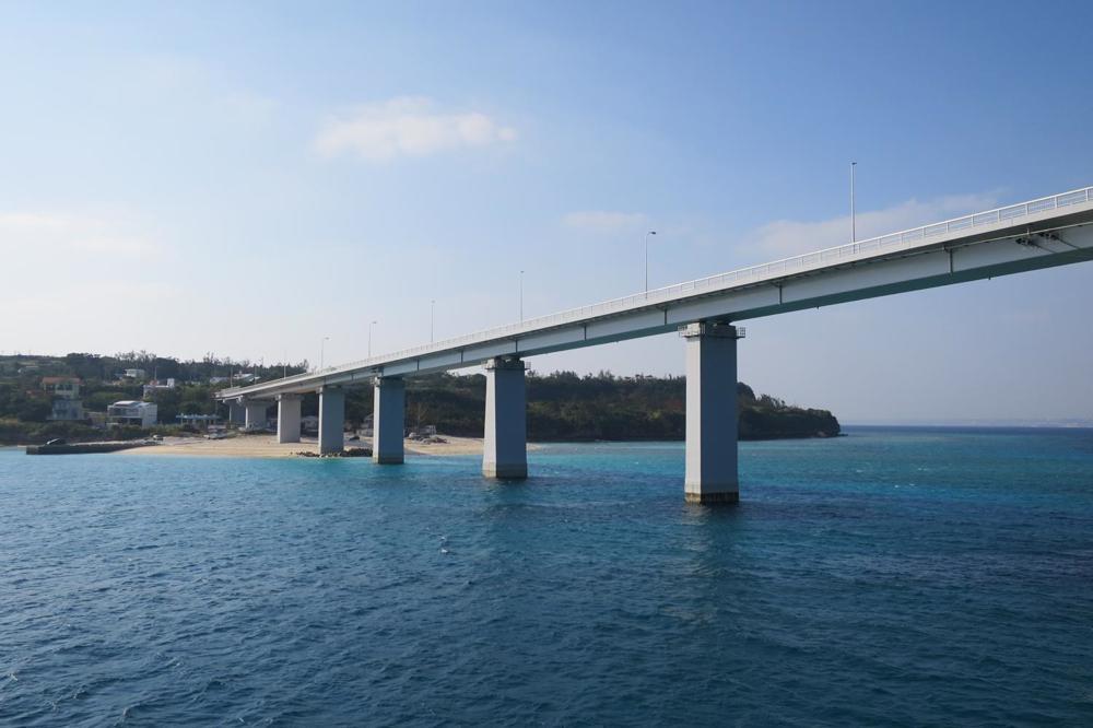 本部港から伊江島へ向かうフェリー「いえしま」は瀬底大橋を潜る。