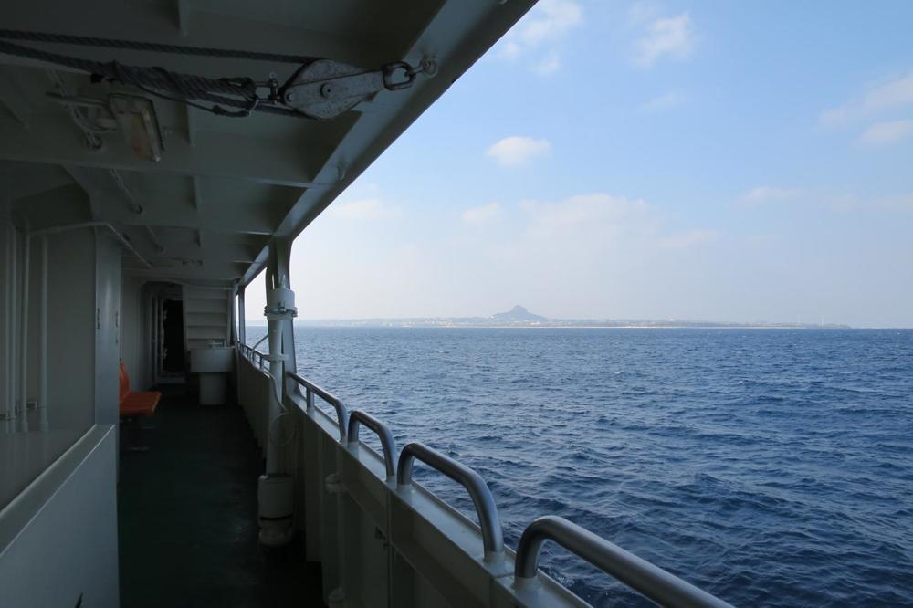 本部港と伊江島を結ぶフェリー「いえしま」でうっすら見えてきた城山(伊江島タッチュー)