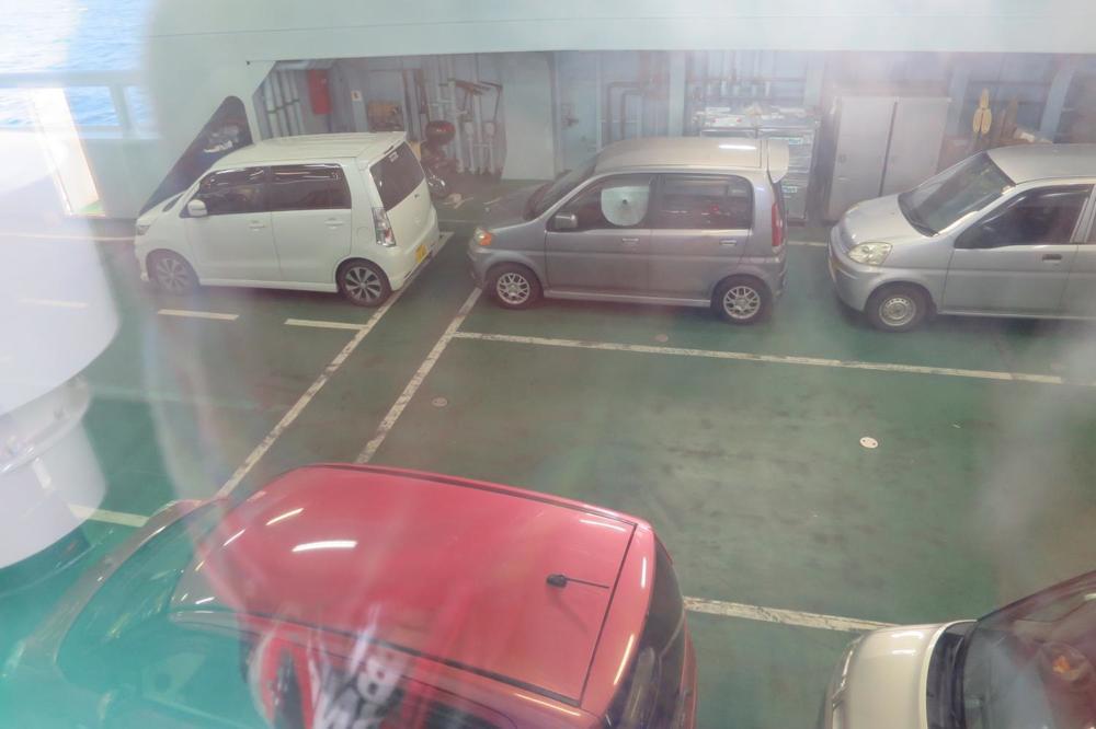 本部港から伊江島へ向かうフェリー「いえしま」の車両空間。