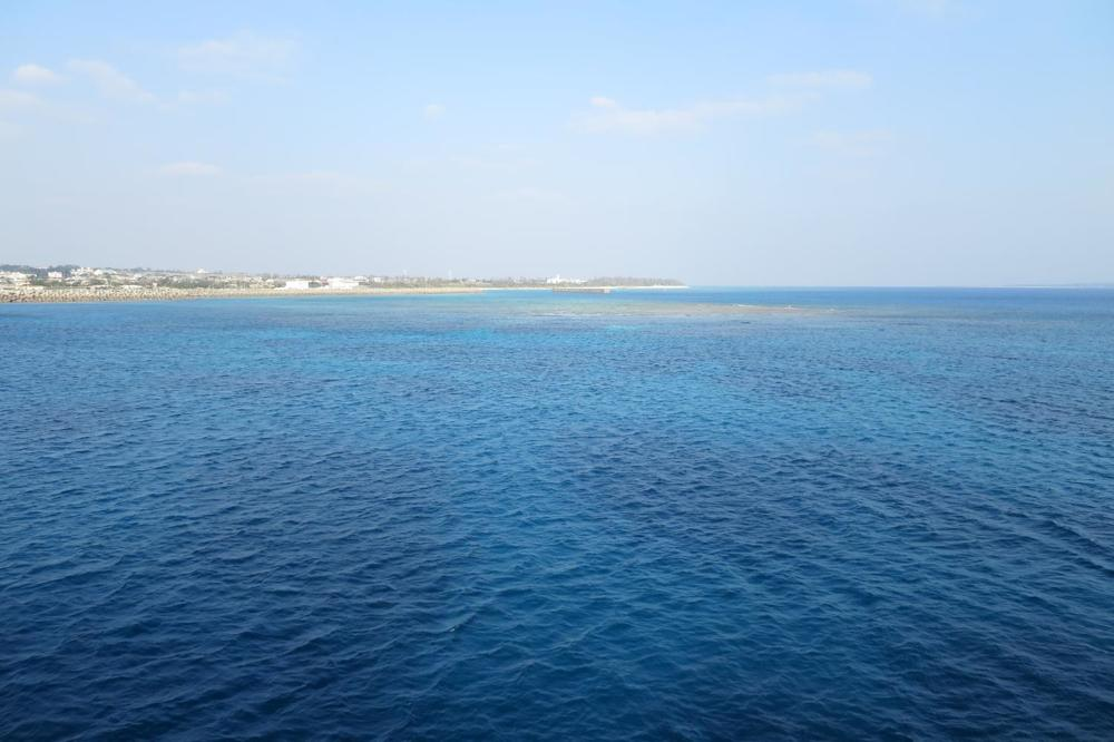 本部港と伊江島を結ぶフェリー「いえしま」でオキナワンブルーの海を眺める。