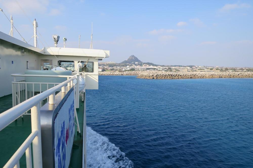 本部港と伊江島を結ぶフェリー「いえしま」と、近く伊江島タッチュー。