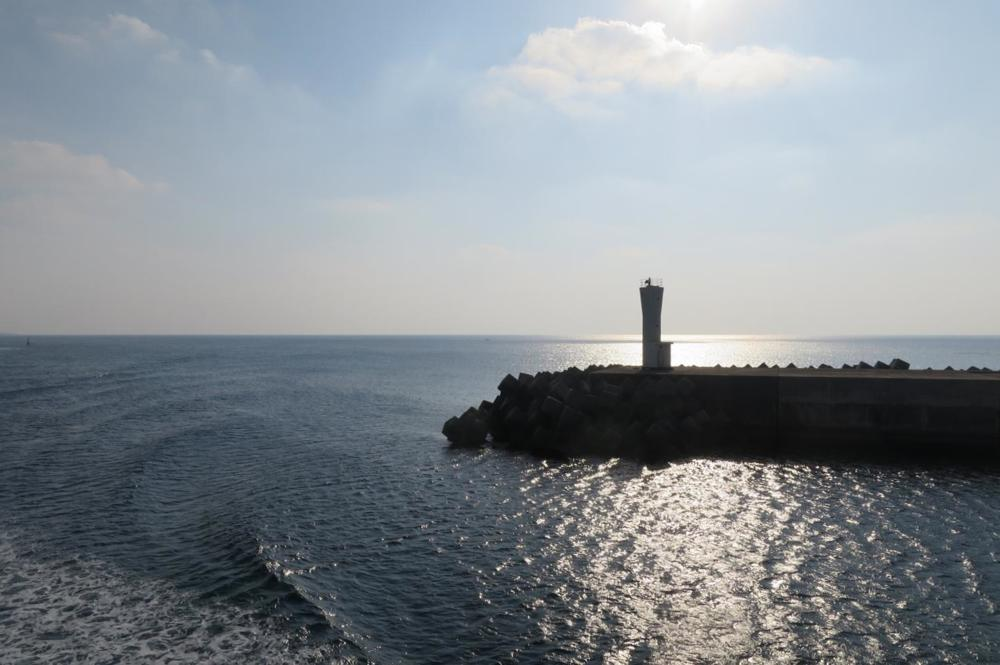 伊江港に入ったフェリーの航跡。