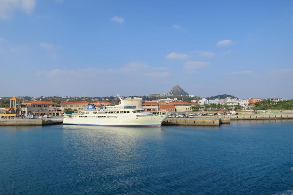 本部港と伊江島を結ぶフェリー「いえしま」は伊江港に入った。