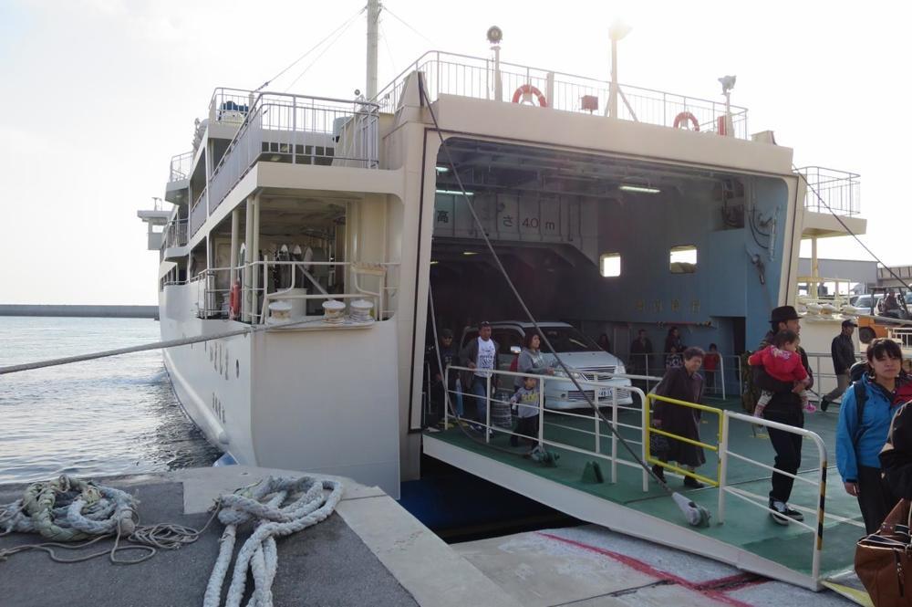 フェリー「いえしま」の乗客たちが伊江島へ下船!